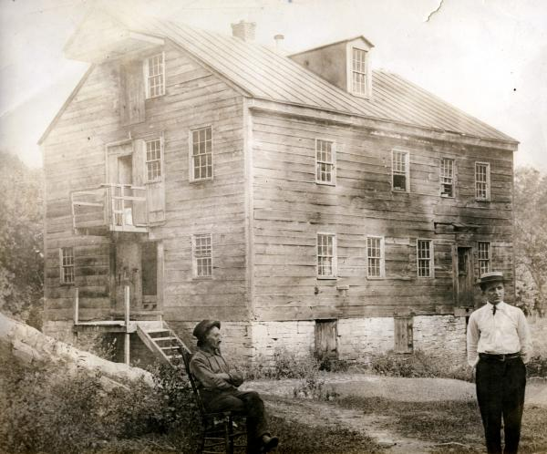 Daniel Drawbaugh and his grandson Roy Sheely, in front of Drawbaugh's workshop in Pennsylvania, c. 1902.
