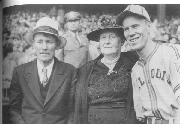 Pete Gray with his parents