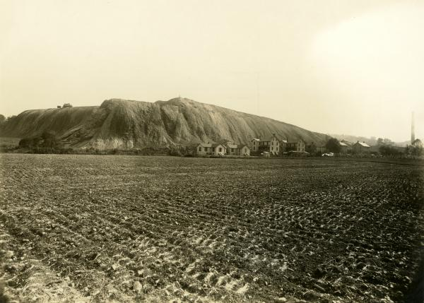 Photograph of the huge slag heap at Robesonia Furnace.
