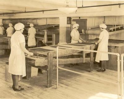 Production; knock out department; bar production; female employees catching molds, 1930-1935.